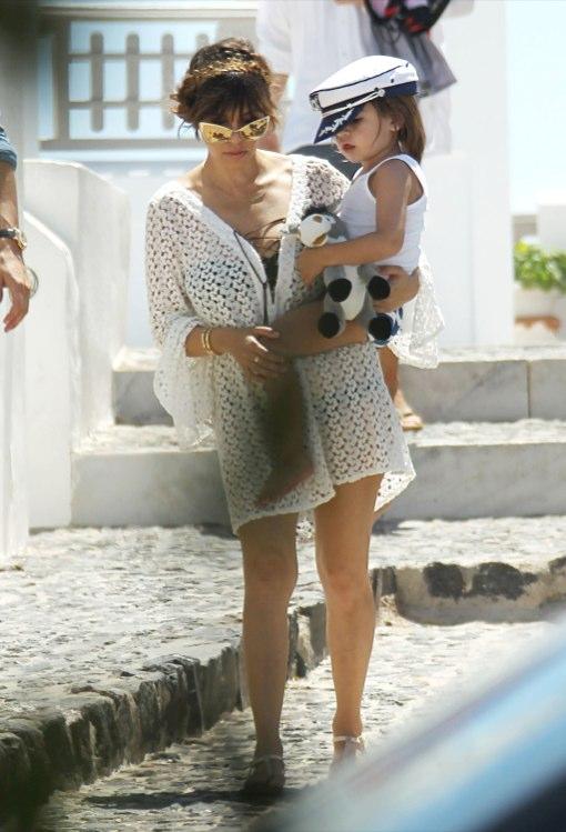 Kourtney enjoys a Kardashian & Jenner Family Vacation in Tom Ford Sunglasses www.jinnaloves.comPic2
