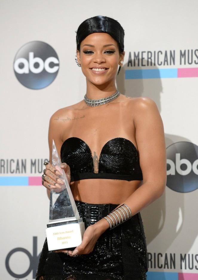 Rihanna AMA 2013 Doobie Look Icon Award www.jinnaloves.comPic1