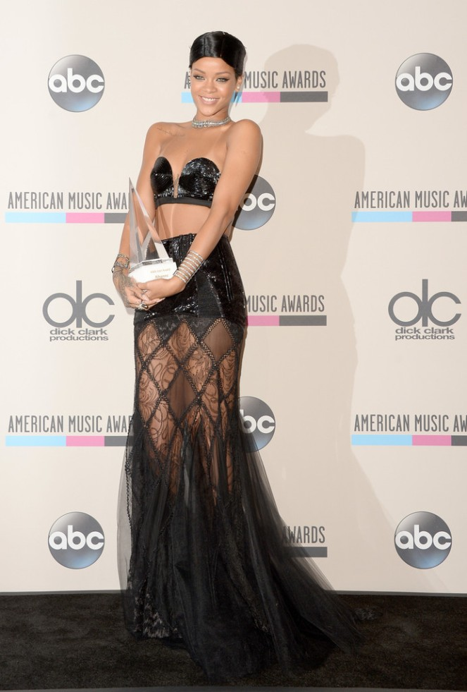 Rihanna AMA 2013 Doobie Look Icon Award www.jinnaloves.comPic2