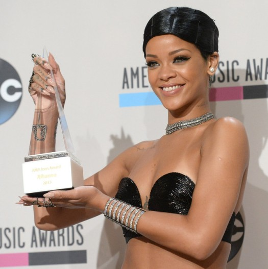 Rihanna AMA 2013 Doobie Look Icon Award www.jinnaloves.comPic3