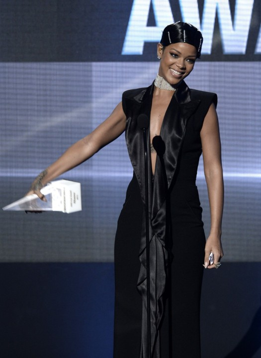Rihanna AMA 2013 Doobie Look Icon Award www.jinnaloves.comPic4