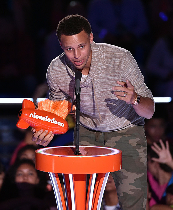 stephen-curry-leaves-daughter-riley-awe-winning-kids-choice-sports-award-ftr